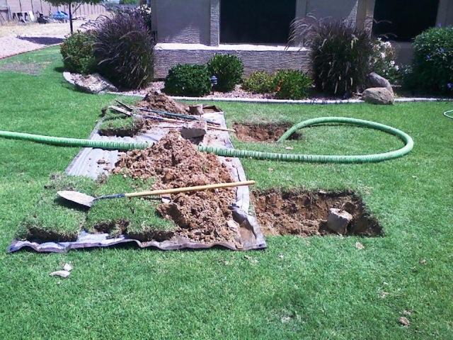 Un système septique a une conception simple. Il s'agit d'un conteneur souterrain étanche à l'eau (généralement rectangulaire ou rond) en fibre de verre, plastique ou béton.